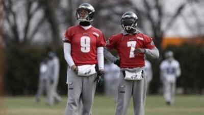 Michael Vick y Nick Foles (AP-NFL).