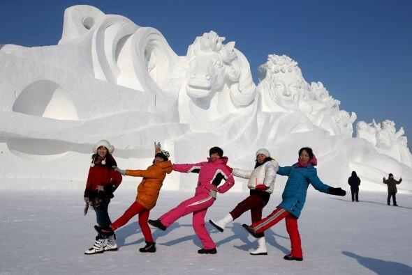 Gigantescas estatuas de hielo y nieve con forma de templos, pagodas, pal...