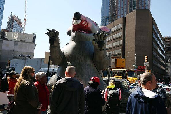 En Brooklyn no faltó la rata enorme para llamar la atención del patrono.