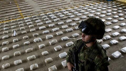 Un soldado vigila un cargamento de cocaína incautada en Bah&iacut...