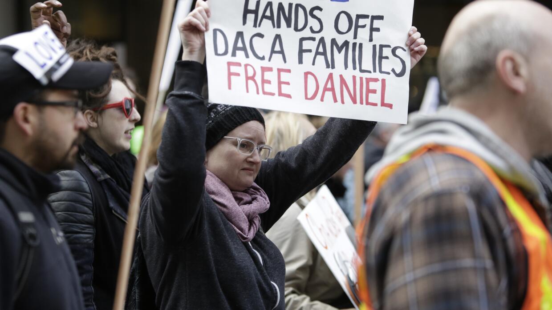 Personas marchan para protestar por la detención de Daniel Ramírez Medin...