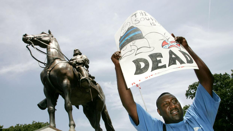 Una protesta en 2005 contra la estatua del general confederado Nathan Be...