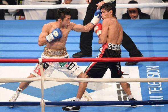 La pelea fue pareja en los rounds iniciales.