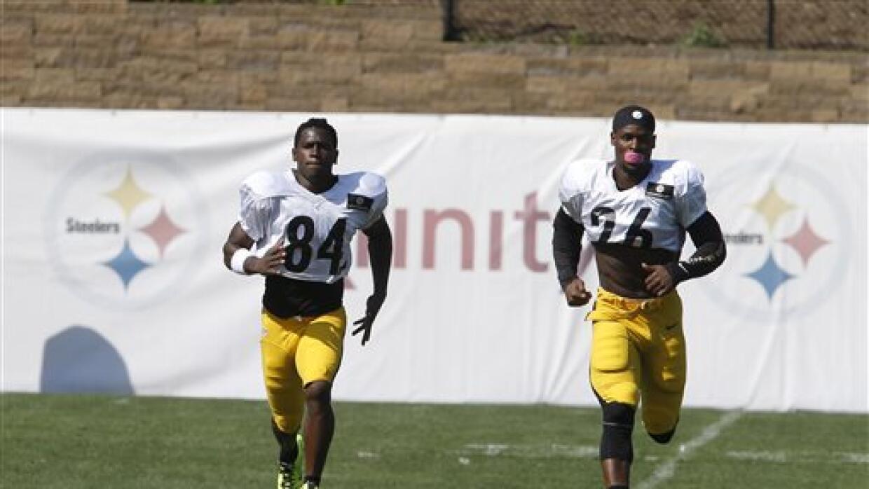 Antonio Brown (84) y Le'Veon Bell (26) durante las prácticas Steelers (A...