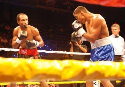 En la pelea estelar, el colombiano Juan Urango defendió su faja welter j...