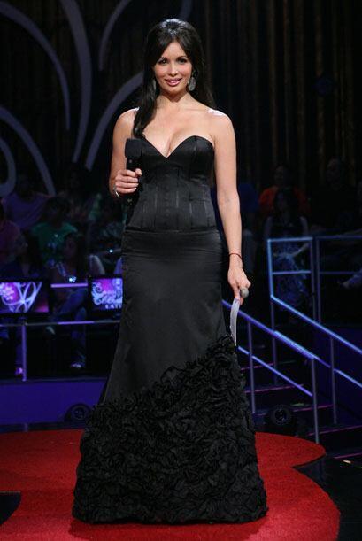 En la segunda hora del show, Giselle Blondet usa un traje más elegante....