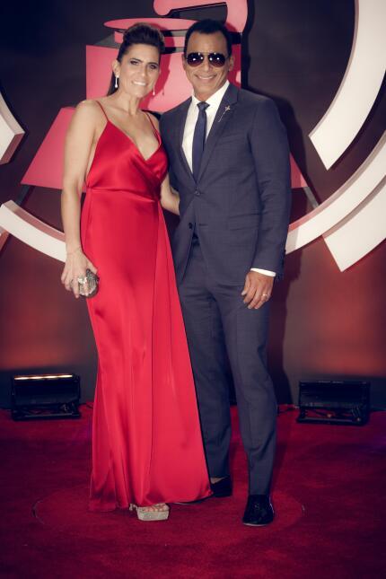 Jon Secada y esposa
