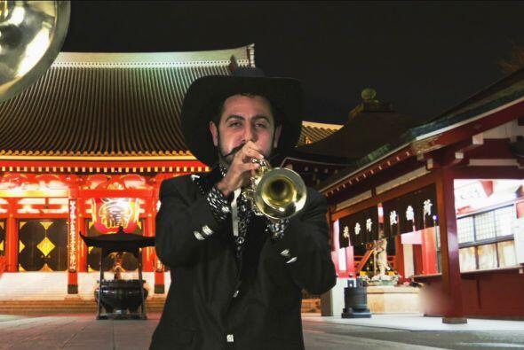 Apolinar acompaña la canción con su trompeta.