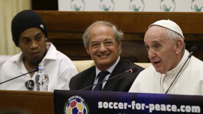 Ronaldinho y el Papa Francisco en el anuncio del partido por la Paz