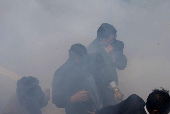 Tras ser agredido con bombas lacrimógenas por los policías, Correa se en...