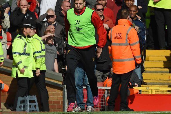 Steven Gerrard, quien no fue parte del 11 inicial, calentaba para ingres...