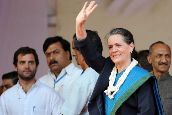 6. SONIA GANDHI. La política más influyente de India es madre de dos hij...