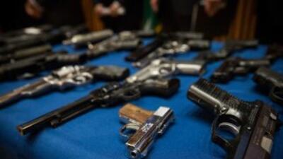 El Gobernador Brown firmó nuevas leyes de control de armamento en...