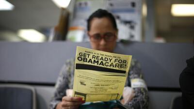 Arminda Murillo, de 54 años, lee un documento informativo sobre Obamacar...
