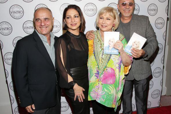 Aquí vemos a la presentadora con su esposo y los Estefan.