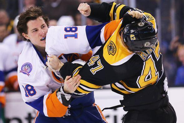 Boston, Massachusetts - 07 de febrero: Ryan Strome #18 de los New York I...