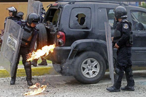 La camioneta resultó con los vidrios rotos y parcialmente incendiada.