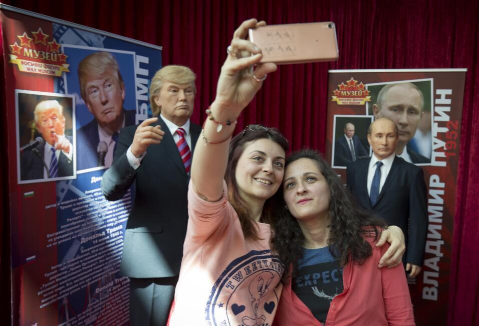 SOFÍA, BULGARIA.- De cera. Dos mujeres se toman una selfie frente...