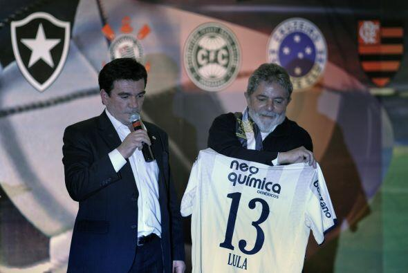 Lula recibió numerosos regalos entre ellos una camiseta oficial del equi...