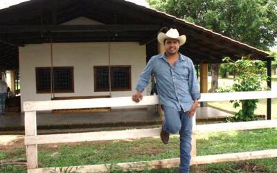 Julión Álvarez posa para una foto en el rancho Santa Rosa, en Chiapas.