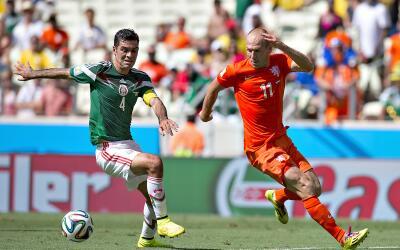 Rafael Márquez y Arjen Robben, protagonistas del 'No era penal'.