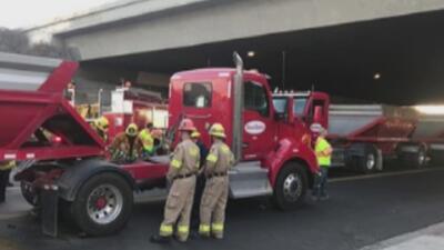 Bomberos rescataron a un hombre que quedó atrapado debajo de un camión de carga
