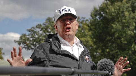 El presidente Donald Trump responde preguntas a reporteros al llegar a l...