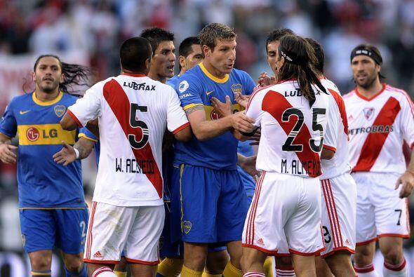 Por supuesto hubieron empujones y gritos entre los jugadores aunque la c...