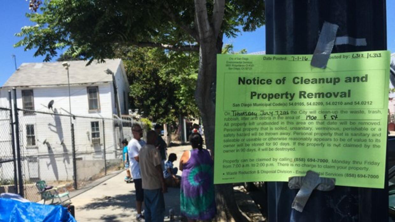 """Aviso de limpieza y recogida de propiedades"""" publicado en el East Villag..."""