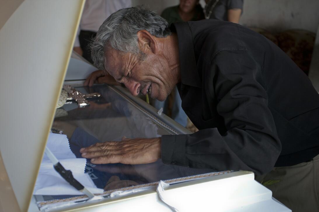 Un padre desolado. Jesús Hernández durante el funeral de su hijo en Ciud...