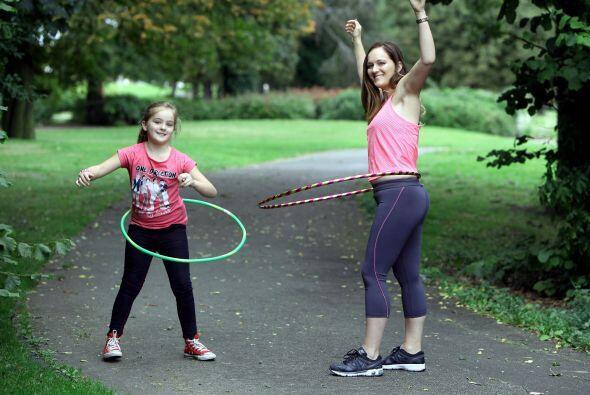 Un día tomó el 'hula hoop' de su hija y comenzó a hacer ejercicio.