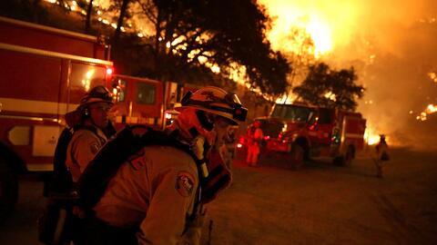 Incendio en California provoca cierre de carreteras