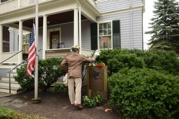 Un hombre deja flores en la casa donde nació Kennedy, en el número 83 de...