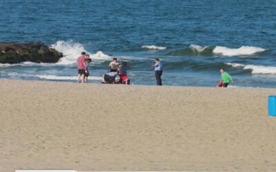 Muere una niña que había sido rescatada del fuerte oleaje en la playa Be...