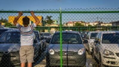 Los cubanos pueden desde este viernes comprar libremente automóviles, pe...