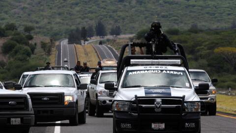 Fuerzas policiales transitan por las carreteras de México