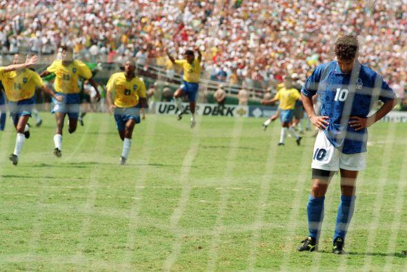 Roberto Baggio, otro talentoso italiano, erró el penal decisivo q...
