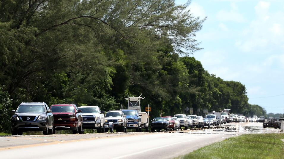 La fila de autos que intentan salir por la vía principal de los Cayos de...