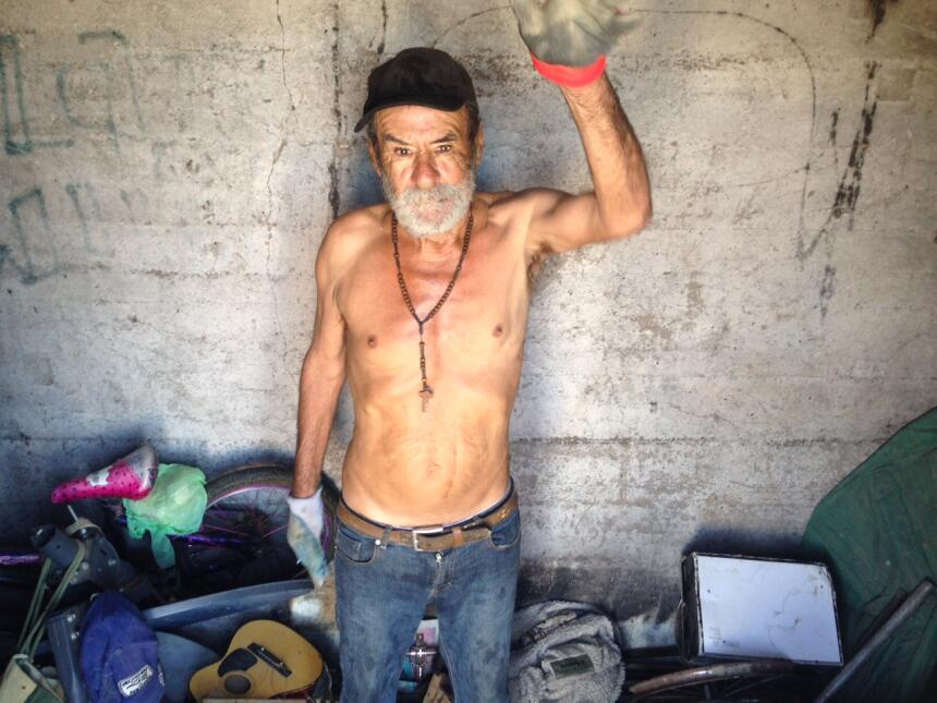 Los últimos tres años Canuto Carrillo ha vivido en un maloliente cuarto...