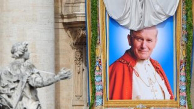 La imagen de Juan Pablo II, como se vio desplegada en una de las ventana...
