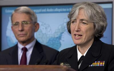 La directora general de los CDC, Anne Schuchat, junto al doctor Anthony...