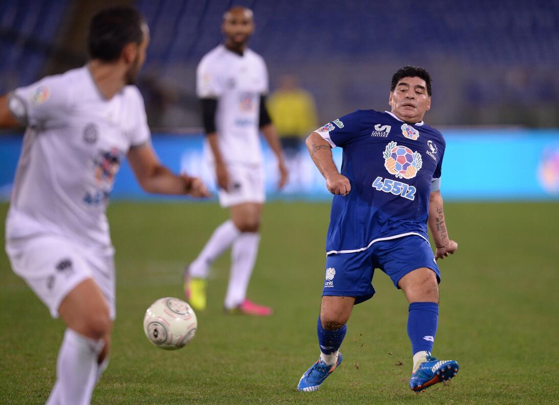 Diego Maradona y su show en el 'Partido por la paz' GettyImages-61418850...