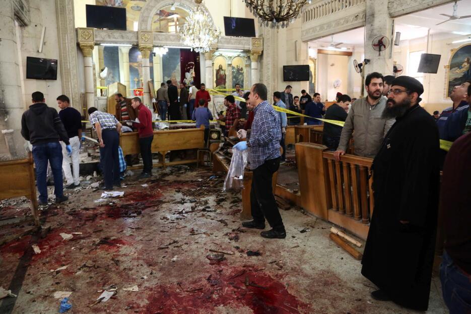 Una vista general tras la explosión de una bomba que afectó a los fieles...