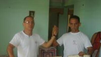 Néstor y  Rolando en una protesta  en Guantánamo exigiendo al régimen de...