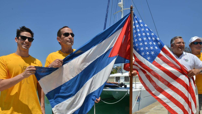 Peter Crowley y su hijo en la Marina Hemingway en Cuba en el 2014.