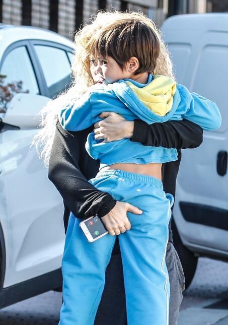 Con todo y lo largo que está su hijo mayor, Milan, de cuatro años, Shaki...