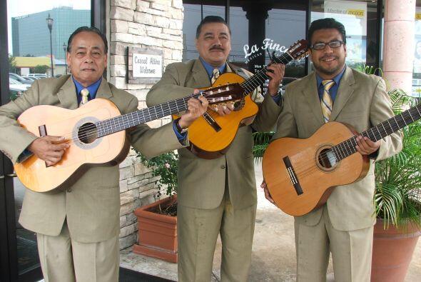 Quién mejor que un trío para decirnos cuáles son las canciones en españo...