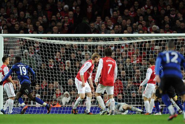 Un balón quedó en los pies de Danny Welbeck y el goleador del 'Man-U' no...
