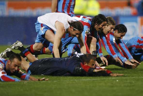 El Catania celebró en grande su cómoda victoria sobre el líder del 'Calc...