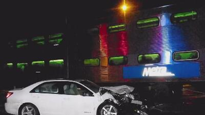 Gracias a la rápida intervención de la comunidad, conductora de automóvil que fue arrollado por un tren salió ilesa